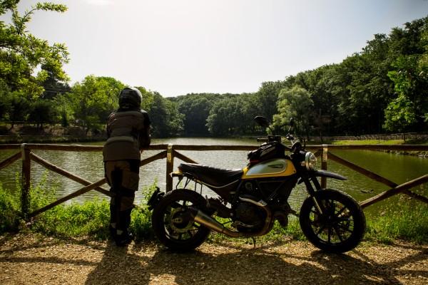 lago frontefusio ducati scrambler puglia in moto